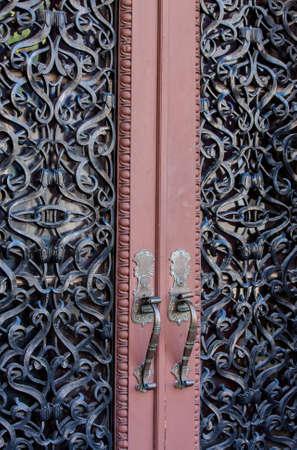 Hierro forjado adornada incrustada puertas dobles de entrada Foto de archivo - 15120183