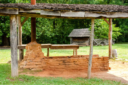 morter: Vecchia stufa esterna fatta di mattoni e mortaio con un tubo da stufa di metallo
