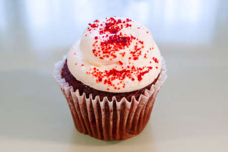 Red Velvet Cupcake con glaseado de queso blanco crema y espolvoreadas con az�car roja photo