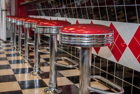 escabeau: Tabourets de bar classique des ann�es 50 de style en chrome et rouge Banque d'images
