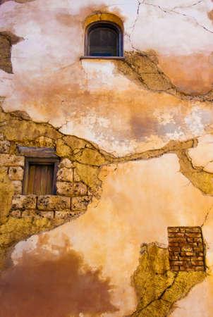 adobe wall: Vecchio muro di mattoni con finestre e crepe Archivio Fotografico
