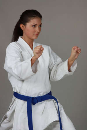 self defense: Hermoso adolescente en traje de karate