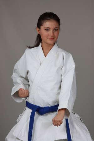 defensa personal: Hermoso adolescente en traje de karate