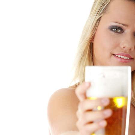 Junge attraktive Blondine in sexy Dessous, die eine Bier