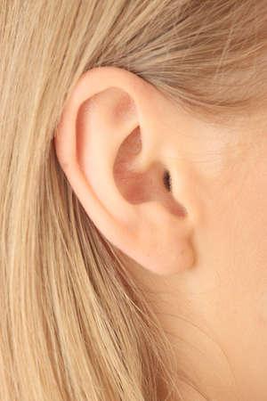 ohr: Color closeup Bild der blonden M�dchen ins Ohr