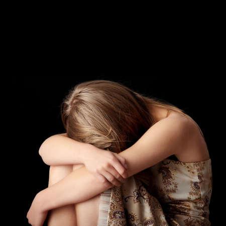 ragazza depressa: Depressione giovane donna isolato su sfondo nero