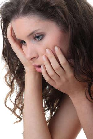 ansiedad: Joven mujer hermosa con una depresi�n aislada en blanco Foto de archivo