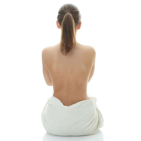 mujeres de espalda: Joven mujer hermosa wering toalla - Spa concepto