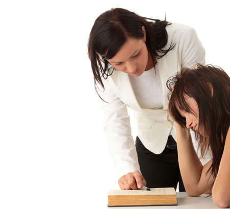 Учитель помогает подростков студенческой один на один. Застрелен в студии над белым. Фото со стока