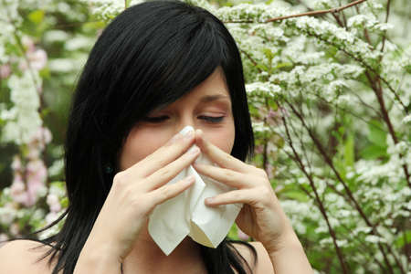 estornudo: Mujer bonita estornudo. Temporada de alergia