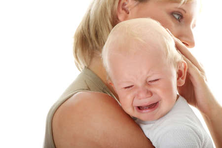bambino che piange: Madre detiene il suo bambino piangere isolato su sfondo bianco  Archivio Fotografico
