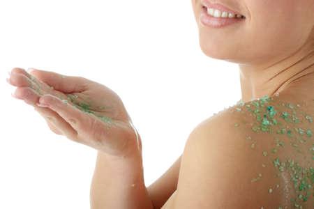tratamientos corporales: Joven hermosa mujer cauc�sicos con ba�o de sal, aislados en fondo blanco