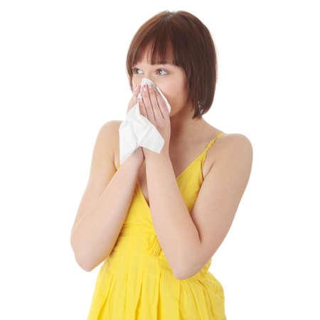 alergenos: Mujer adolescente con alergia, aislado sobre fondo blanco