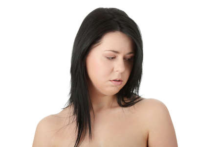 beleibt: Close-up, Portrait einer jungen korpulente Frau mit Depressionen isolated on white