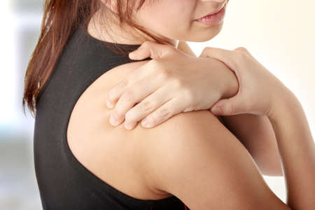 epaule douleur: Jeune femme avec douleur dans son dos.