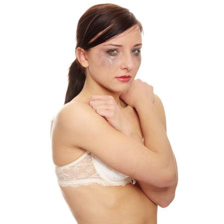 donna che grida: Donna abusata piangere su sfondo bianco
