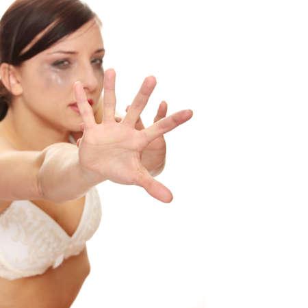 mujer llorando: Maltratados mujer llorando sobre fondo blanco  Foto de archivo