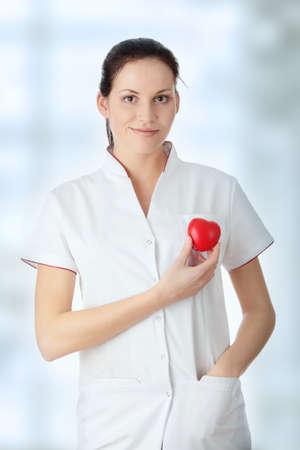 Giovane infermiera con il cuore in mano,  Archivio Fotografico - 6954638