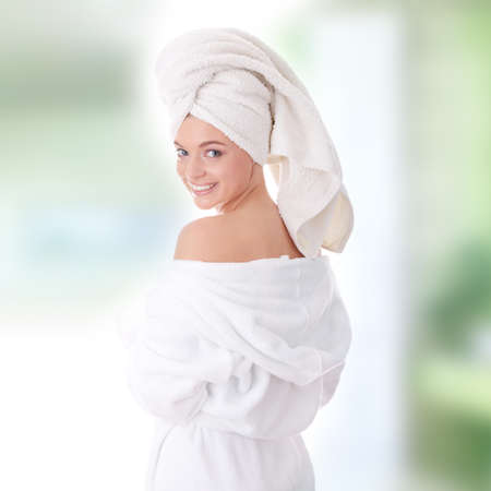 Joven hermosa mujer caucásicos después de baño