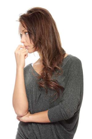 mujer pensativa: Mujer joven con depresi�n aislado en blanco
