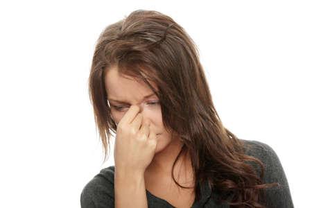 femme triste: Femme avec sa main de d�tention � la t�te, des maux de t�te isol�es sur blanc  Banque d'images