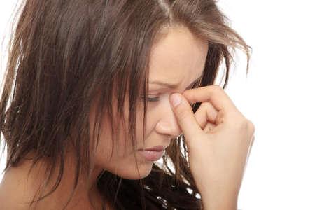 agotado: Mujer con dolor de cabeza sosteniendo su mano en la cabeza, aislados en blanco  Foto de archivo