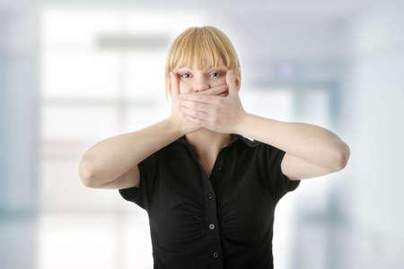 discreto: Mujer joven cubriendo su boca con la mano, aislado en fondo blanco