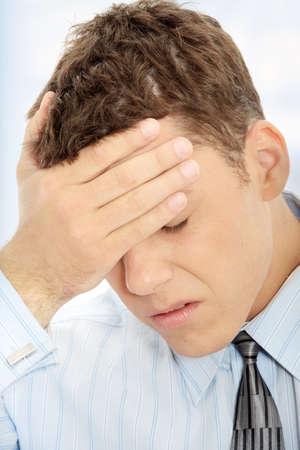 hombre preocupado: Hombre de negocios con un gran dolor de cabeza (con copia de espacio)