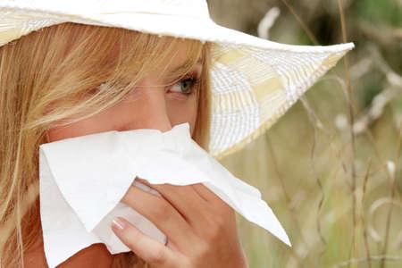 al�rgico: Mujer adolescente con alergia, aislado en fondo blanco