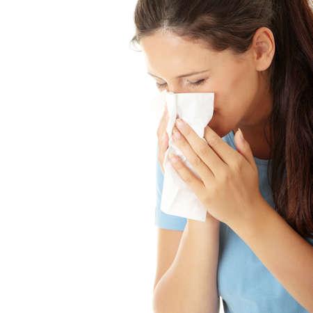 estornudo: Mujer adolescente con alergias o fr�o, aislados en fondo blanco