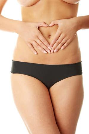 pancia grassa: Mano sul ventre isolato su sfondo bianco