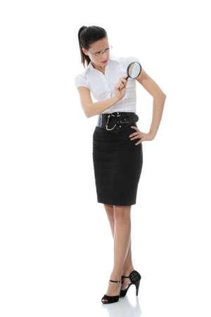 Junge attraktiv Business Woman looking in einem Vergrößerungsglas, isolated on white background  Lizenzfreie Bilder - 8719650
