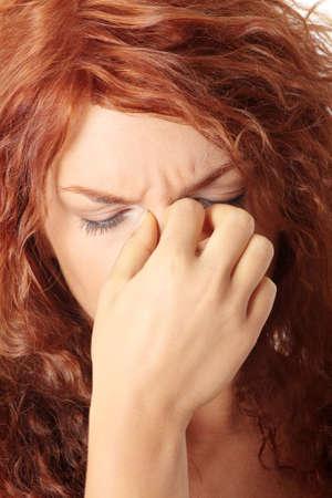 Mujer joven con dolor de presión sinusal Foto de archivo