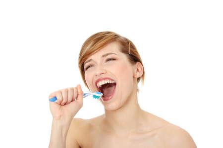 boca abierta: Joven y bella mujer cantando al cepillo de dientes, aislado en blanco