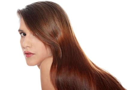 Mooie jonge vrouw met gezonde lange haren