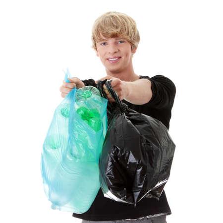 reciclable: Joven llevando un completo con hogar reciclables vac�a de bolsas de basura pl�stica.