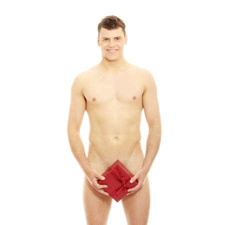 desnudo masculino: Hombre sexy cubriendo con caja de regalo, aislado en blanco