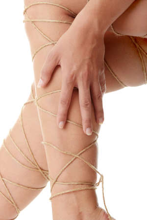 atados: Concepto de dolor de piernas - piernas atadas con una cuerda aislado en blanco