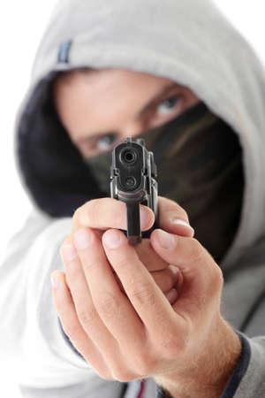 beroofd: Strafrechtelijke thema - gemaskerde man met een pistool, geïsoleerd op wit Stockfoto