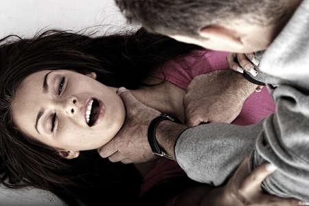 abuso: Concepto de abue sexual. Joven de hombre brutal rapeing