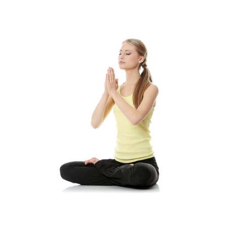 haciendo ejercicio: Joven haciendo ejercicio, aislado en blanco