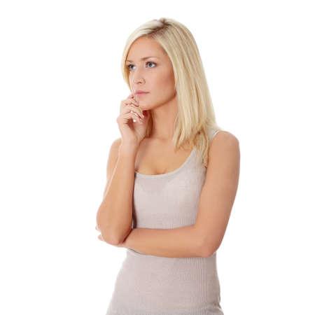 Donna pensosa, isolata su uno sfondo bianco