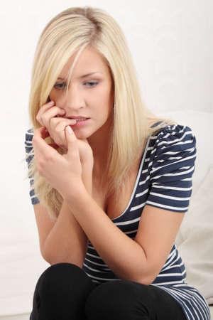 nerveux: A soulign� la jeune femme manger ses ongles Banque d'images