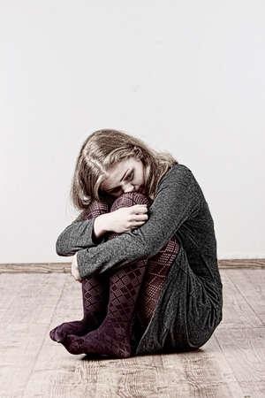 ragazza malata: Triste o depressa donna seduta sopra la flor Archivio Fotografico