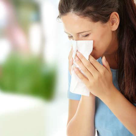 estornudo: Mujer adolescente con alergias o fr�a