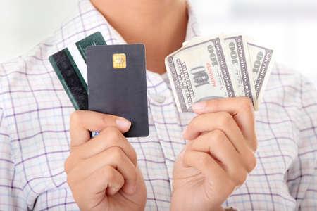 cash in hand: Mujer con una tarjeta de cr�dito y dinero en efectivo en su mano