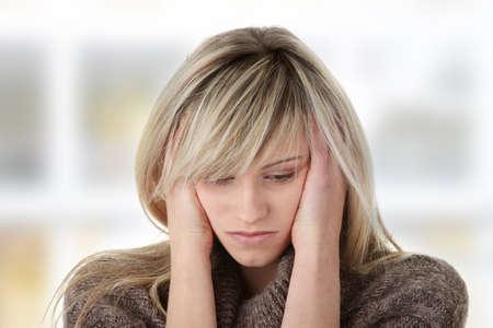 persona triste: Joven y bella mujer con depresi�n