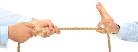 negotiation: Empresario tirando en un trozo de cuerda. Aislados en blanco