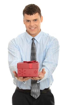 dar un regalo: Hombre de negocios, ofreciendo un regalo sobre un fondo blanco