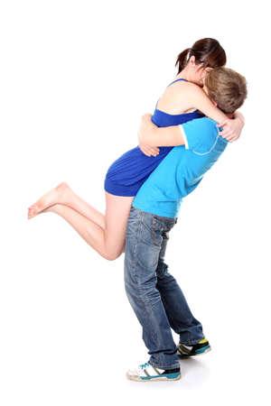 novios besandose: Hermosa joven pareja bes�ndose sobre fondo blanco  Foto de archivo